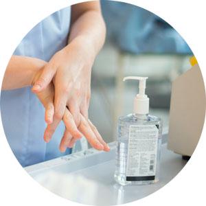 Zorgverlener wast handen